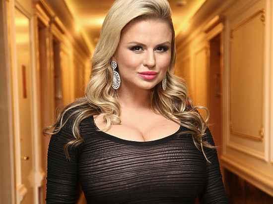 Русская телеведущая брюнетка с большой грудью